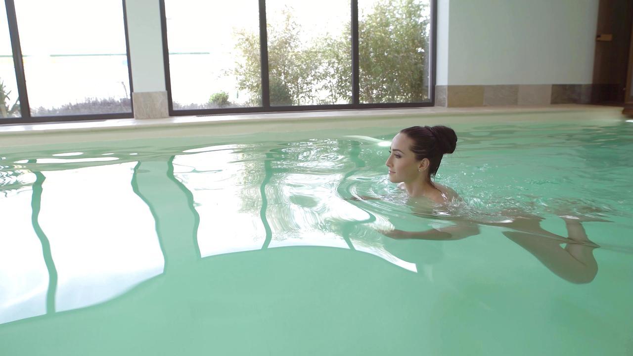 Dünnes Babe Ana Rose bei sensationellem Fick am Pool